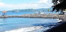 Der Strand von Candi Dasa im Osten Balis