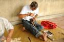 Holzschnitzer bei der Arbeit in Mas, Bali